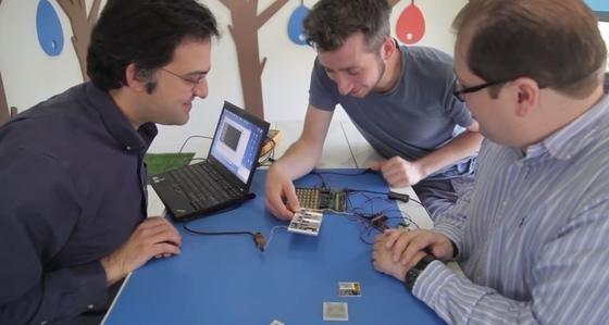 Entwickler des modularen Google-Smartphones Ara: Dauermagneten sollen die einzelnen Module zusammenhalten.