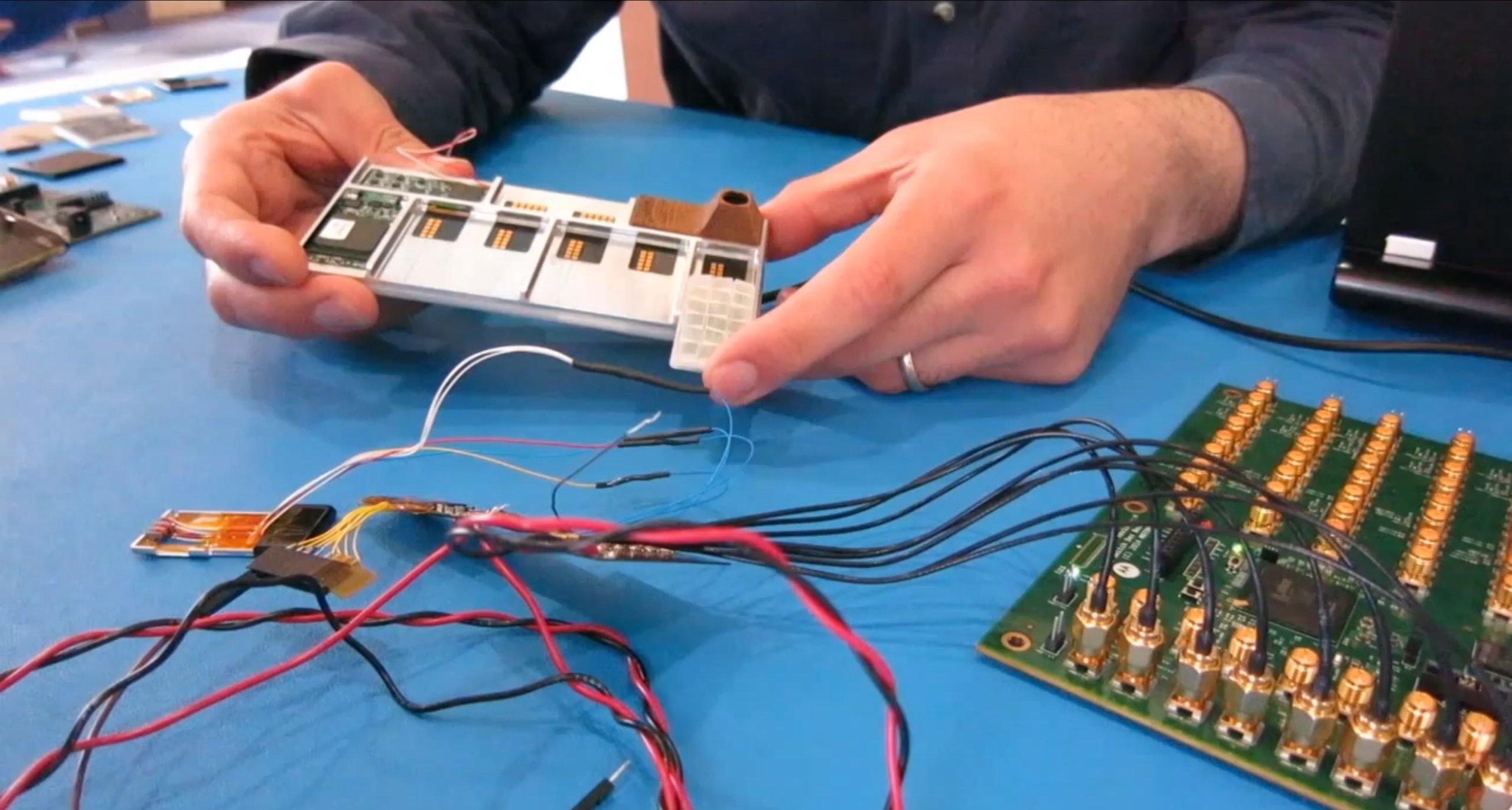 Modultechnik des Google-Smartphones Ara: Einzelne Komponenten wie Akku und Sensoren können einfach in das Smartphonegerüst eingeschoben werden. Magnete halten die Komponenten zusammen.