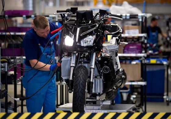 Produktion des Elektrorollers C evolution imBMW-Motorradwerk in Berlin:Der C evolution ist der erste Serien-Elektroroller eines deutschen Autobauers.