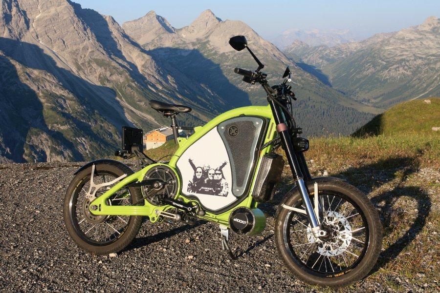 Ein 12-PS-Gleichstrom-Bürstenmotor genügt, um das Erockit auf 100 km/h zu beschleunigen. Auch in den Bergen mach das 123 kg schwere Elektrobike nicht schlapp.