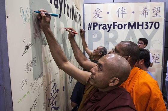Die Suche nach der Malaysian-Airlines-Maschine hält an. Während an Land nur das Beten für die Opfer bleibt, verdichten sich die Hinweise, dass die Blackbox des Flugzeuges aus dem Ozean Signale gesendet hat. Ob sie noch gefunden wird, hängt von der verbleibenden Energie der Batterien ab.