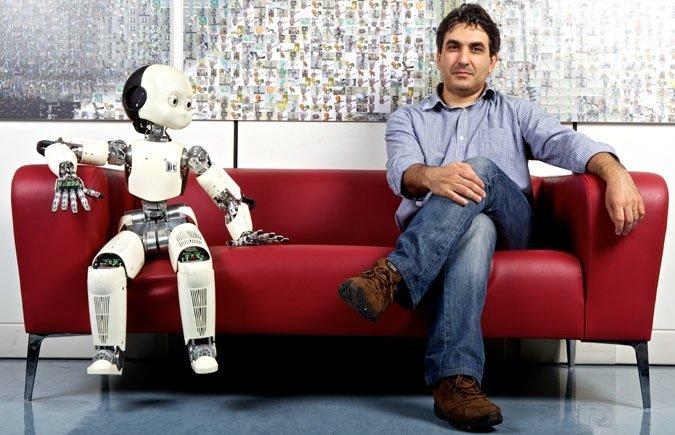 Der Roboter iCub des Istituto Italiano di Tecnologia in Genua kann Spielen und ein Getränk servieren. Und mit dem Ingenieur Giorgio Metta auf einer Couch sitzen.