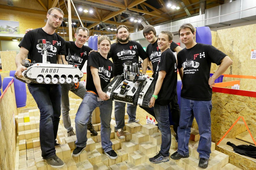 Roboter Lisa soll im Haushalt helfen, während GiGo saugt