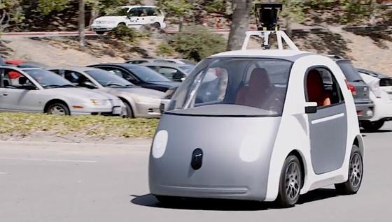 Derzeit drosselt aus Sicherheitsgründen ein Tempomat den kleinen autonomen Flitzer von Google, die Höchstgeschwindigkeit liegt bei 40 km/h. Die Front hat zudem eine schaumstoffähnliche Oberfläche, die Passanten im Fall einer Kollision schützen soll.