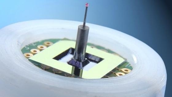 Der 3D-Mikrotaster besteht aus einem Siliziumchip mit hochempfindlichen Kraftsensoren und dem vertikal montierten Taststift mit Tastkugel.