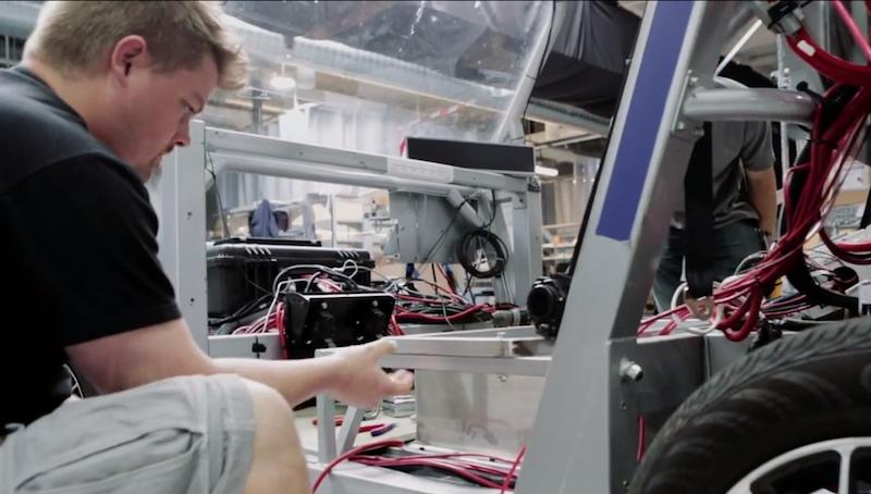 Das Google-Auto in der Montage: Radar, Laser und Kamera helfen dem Bordcomputer, die beweglichen Objekte im Straßenraum hinsichtlich ihrer Größe, Richtung und Geschwindigkeit zu bewerten.