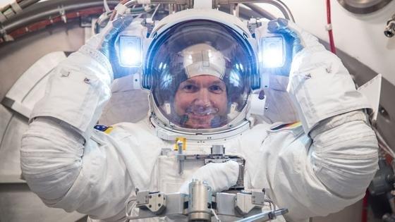 Alexander Gerst testet bei der NASA seinen Weltraumanzug. Am 28. Mai 2014 soll der deutsche ESA-Astronaut ins All aufbrechen und auf der Internationalen Raumstation ISS Experimente durchführen – unter anderem zum Projekt Spacetex. Untersucht wird dabei das Zusammenspiel von Körper und Kleidung im All.