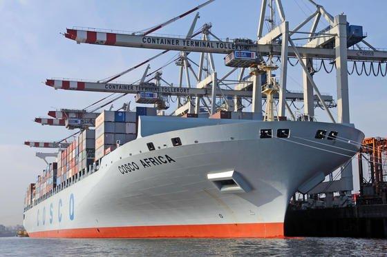 Containerschiff im Hamburger Hafen: Künftig könnten große Containerschiffe vollautomatisch und ohne Crew über die Weltmeere steuern. An einer entsprechenden Technik arbeiten Forscher desFraunhofer-Zentruma für maritime Logistik und Dienstleistungen in Hamburg.