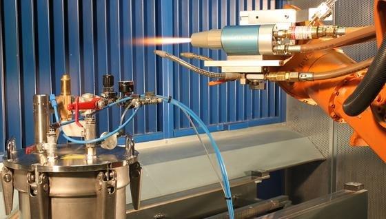 Suspension-HVOF-Spritzprozess mit druckgesteuerter Laborsuspensionsfördereinheit am Fraunhofer IWS.