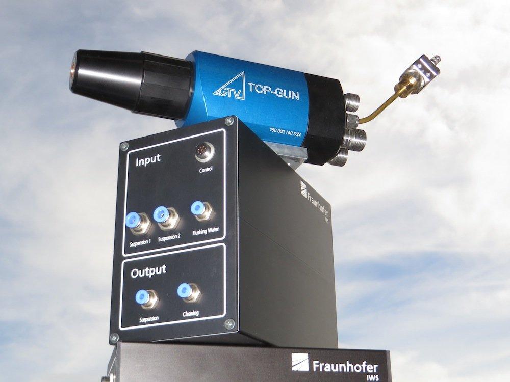 Umrüstest für dasHochgeschwindigkeits-Flammspritzen (HVOF) von Suspensionen: Es besteht aus Steuerbox, Anschlussbox und modifizierter HVOF- Brennkammer mit Suspensionsinjektor.