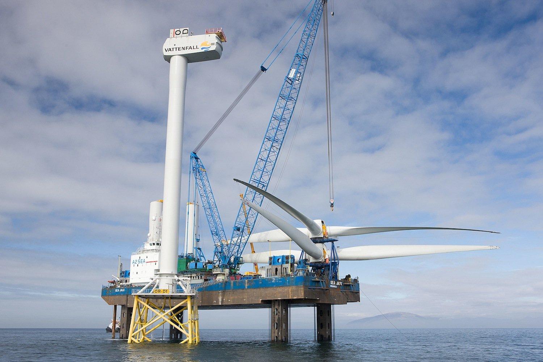 Montage einer Windkraftanlage im Windpark Ormonde vor der Küste Großbritanniens: Die dafür benötigten Kräne haben das Probleme, dass die Bauteile bei starkem Wind zu stark schwingen. Ein Aufzugsystem soll Abhilfe schaffen.