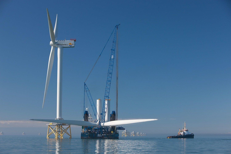 Montage eines Rotorblattes vor der Küste Irlands:Derzeit werden Rotorblätter auf See von Kränen bei möglichst gutem Wetter montiert. Bei starken Winden müssen die Arbeiten unterbrochen werden.