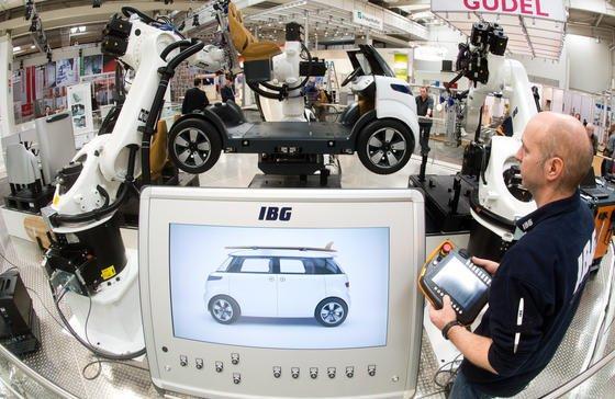 Durch die Einbindung der Maschinen und Anlagen ins Internet werden Fabriken zu Smart Factories. Dank Industrie-4.0-Technologien lassen sich immer kürzere Produktzyklen und steigende Produktvarianten wirtschaftlich bewältigen.