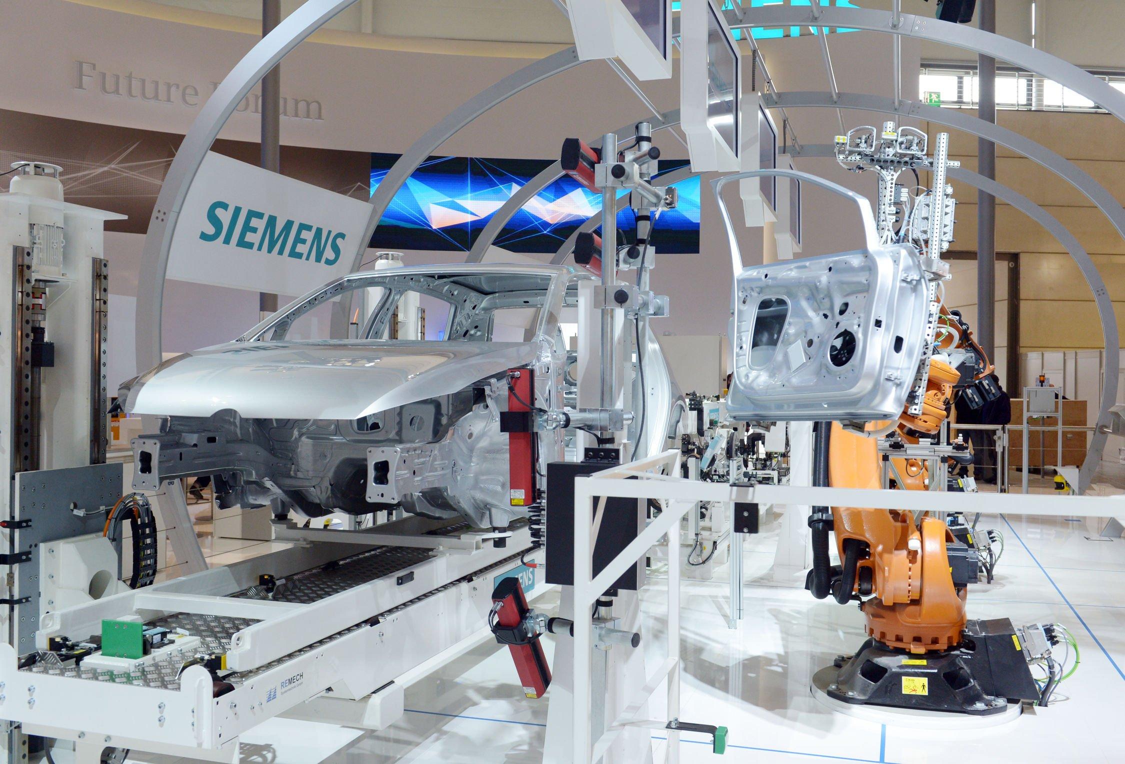 Mit 3500 Quadratmetern ist Siemens der größte Aussteller der Hannover Messe. So zeigt Siemens eine reale Pkw-Montagestraße, die bereits im Zeichen der Industrie 4.0 steht und voll vernetzt ist. Die Anlage kann auch komplexe Arbeitsabläufe automatisiert erledigen.
