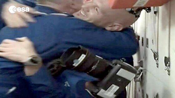 Begrüßung von Alexander Gerst auf der ISS:Um 5.52 Uhr MESZ schwebte Gerst als erster der drei Astronauten von der Sojus-Kapsel in die ISS.