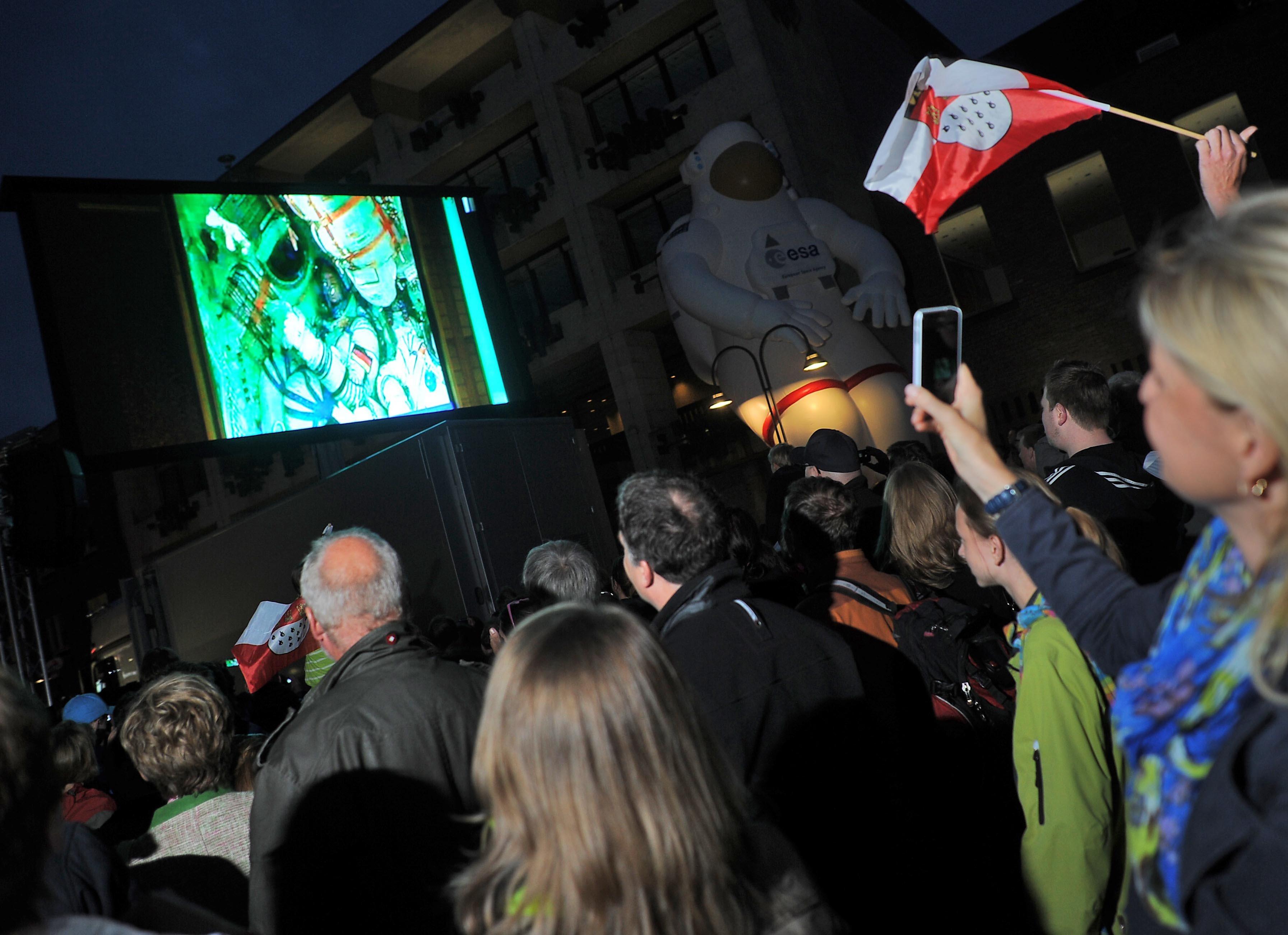Public Viewing auf dem Alter Markt in Köln zum Start des Kölner Astronauten Alexander Gerst zur ISS: Per Video-Leinwand und Liveübertragung grüßte Gerst die Kölner Zuschauer vor dem Start aus Baikonur.