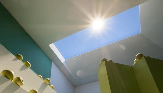 Was aussieht wie ein Fenster ist in Wahrheit eine Hightech-Beleuchtung. Durch die Kombination verschiedener Techniken können die natürliche Sonneneinstrahlung und Tageslicht auf realistische Weise simuliert werden.