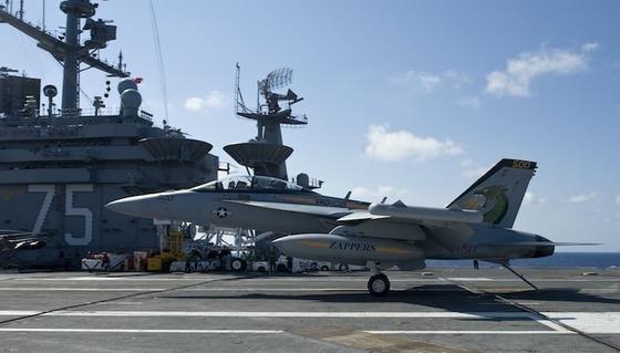 Ein Kampfjet landet auf einem Flugzeugträger der US Navy. Mit der neuen Technologie könnten diese in Zukunft von externer Versorgung weitestgehend unabhängig werden.