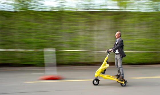 Der Elektroroller Trikke aus den Niederlanden erreicht eine Höchstgeschwindigkeit von 25 km/h. Ab Juli 2014 wird er für 2850 Euro in Deutschland erhältlich sein.