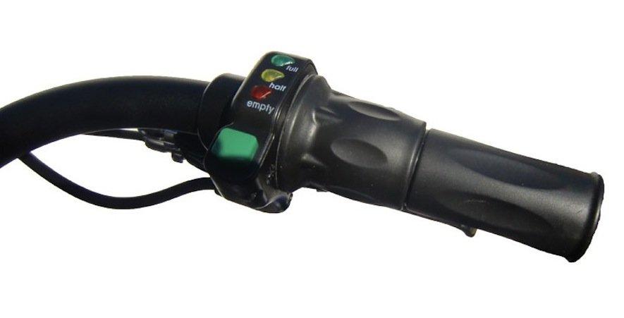 Drei Leuchten am Gasgriff zeigen unterschiedliche Ladezustände des Akkus an. Er lässt sich innerhalb von vier Stunden für nur zehn Cent aufladen.