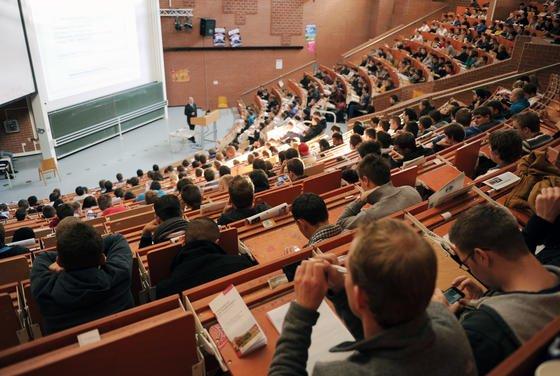 Erstsemester sitzen in einen Hörsaal der Universität Kassel und nehmen an der Einführungsveranstaltung in Maschinenbau teil.Insgesamt haben bundesweit rund 40 Prozent der Studiengänge in Ingenieurwissenschaften einen Numerus clausus.