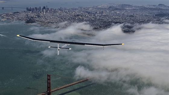 2013 flog der erste Motorsolarsegler von Solar Impulse durch die Vereinigten Staaten von Amerika. Hier ist das Flugzeug über San Francisco zu sehen.