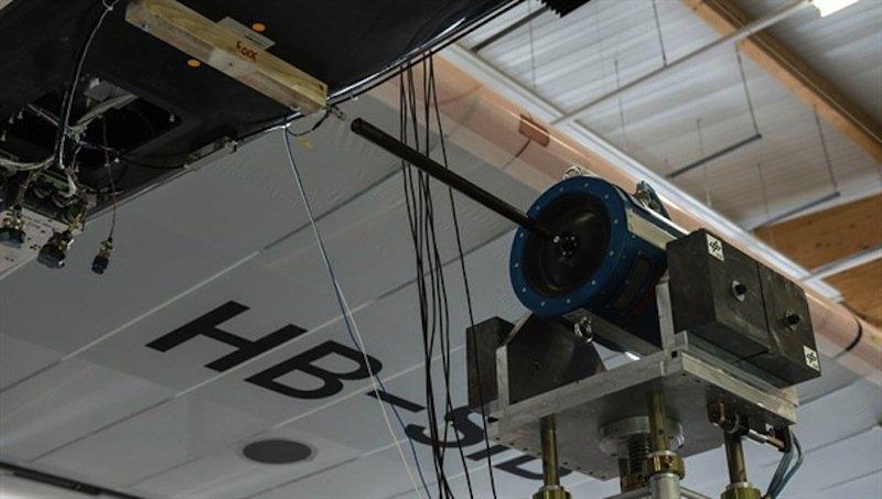 Der Prototyp von Solar Impulse wird von den DLR-Forschern mit elektrodynamischen Erregern, sogenannten Shakern, an mehreren Stellen in Schwingung versetzt. Die Shaker erzeugen wie bei Lautsprechern Schwingungen über eine Magnetspule.
