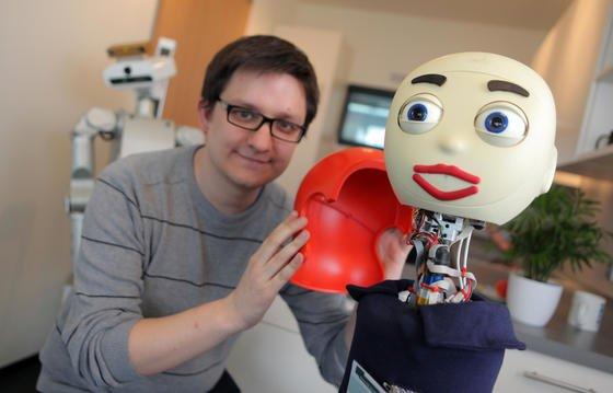 """Roboter """"Flobi"""" verrichtet Butler-Dienste. AX, der Robotertexter, hat keine Gestalt. Schreibt aber in acht Sprachen eigenständig Texte."""