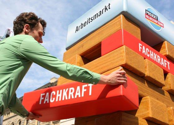 Nach einer Berechnung des Instituts der Deutschen Wirtschaft (IW) gab es Anfang des Jahres in Deutschland insgesamt 63.700 unbesetzte Arbeitsplätze für Ingenieure.Spitzenreiter in der Ingenieurbeschäftigung in Deutschland ist die Region um Dresden mit 78 Ingenieuren je 1000 Erwerbstätige.