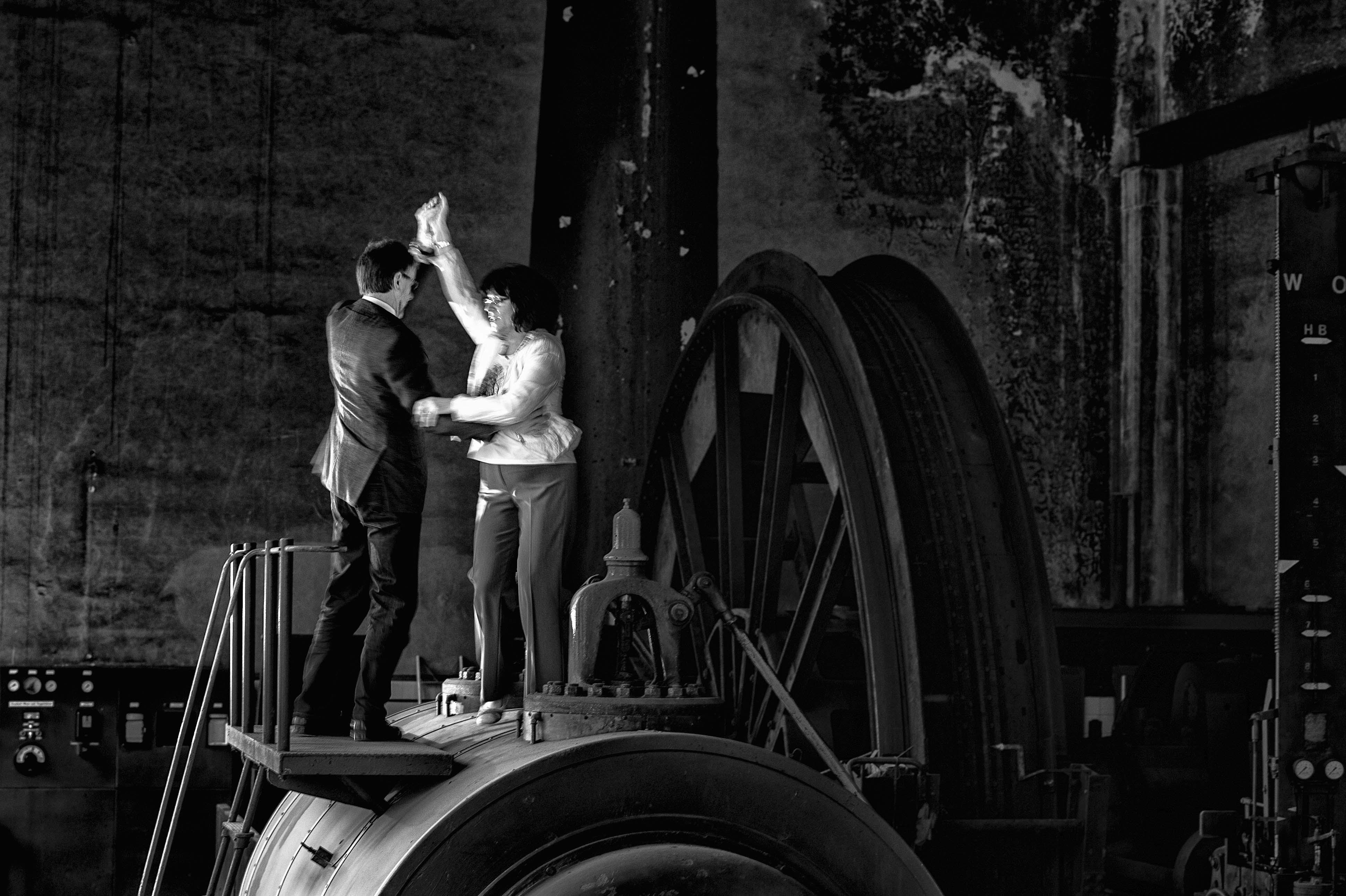 Alfons Buddner mit Frau: Der ehemalige Bergmann ist begeisterter Tänzer. Er tanzt auf einer restaurierten Dampffördermaschine seiner Ex-Zeche Fürst Leopold in Dorsten.