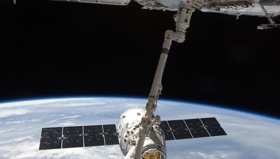 Dieses Manöver sorgt immer wieder für Aufregung. Die ISS-Besatzung muss die Versorgungskapsel mit einem Roboterarm einfangen. Greift sie daneben, ist die wertvolle Fracht verloren.