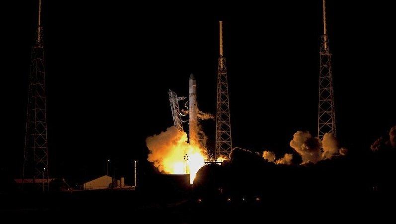 In Cape Canaveral laufen die Vorbereitungen zum Countdown. Heute Abend wird die Falcon-9-Rakete um 22:58 Uhr starten und Dragon ins Weltall bringen.
