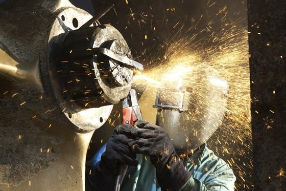 Schweißspritzer erreichen Temperaturen von bis zu 1600 Grad Celsius. Die Forscher experimentieren deswegen unter anderem mit einer Kombination aus organischen Polymeren und keramischen Mikroholkugeln.
