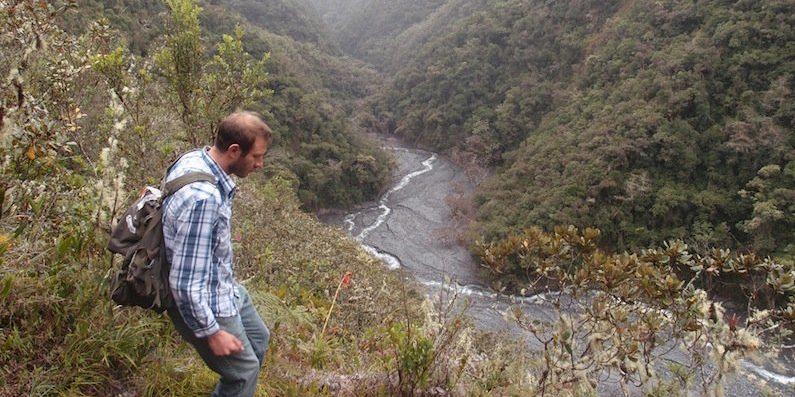 Mark Torres in den Bergen Perus. Der Wissenschaftler der University of California suchte nach verwitternden Felsen, um chemische Reaktionen zu untersuchen.
