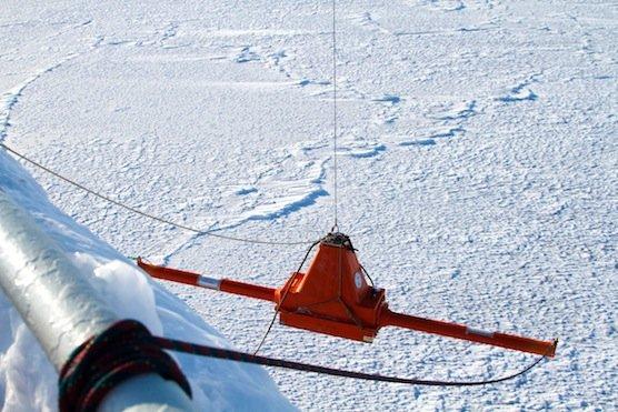 Ein am Bug des Forschungsschiffes Lance befestigter Eisdickensensor zeichnete kontinuierlich die aktuelle Eisdicke vor dem Schiff auf.