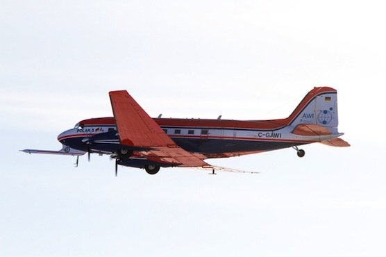 Das Forschungsflugzeug Polar 5 fliegt über das Forschungsschiff Lance. Es ist mit EMIRAD ausgerüstet,eine Flugzeugversion des europäischen Satelliten SMOS, der die Mächtigkeit von dünnem Eis bestimmen kann.