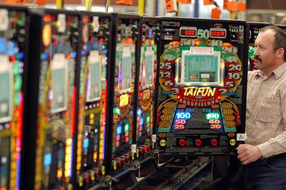 Die Betrüger nutzten einen Softwarefehler in den Spielautomaten des Herstellers Gauselmann aus dem nordrhein-westfälischen Lübbecke. Von diesem stammen rund 100.000 Automaten in deutschen Spielhallen.