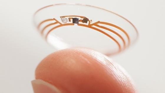 Laut Patentschrift besteht Google Lens aus einer Kamerakomponente, einem Kontrollschaltkreis und einem Sensor, der auf Blinzel-Gesten reagiert. Die Komponenten sitzen unterhalb der Pupille und sollen die Sicht nicht behindern.