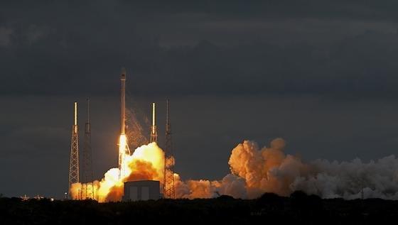 So sieht ein Start der Falcon 9 aus, die Dragon ins Weltall bringen soll. Doch gestern blieb die Trägerrakete in Cape Canaveral aus Sicherheitsgründen am Boden. Grund war ein Leck im Heliumtank.