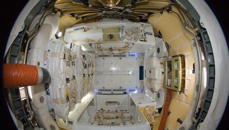 Blick in die Versorgungskapsel Dragon: Der Innenraum ist zehn Kubikmeter groß. Insgesamt kann die Kapsel drei Tonnen Fracht transportieren.