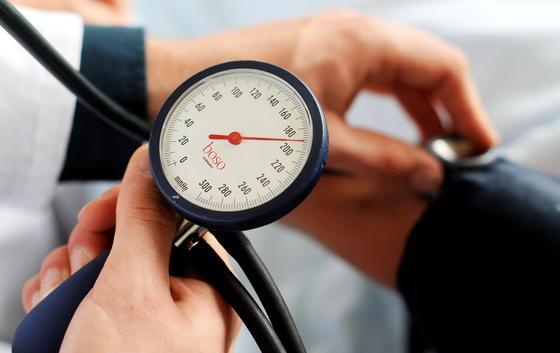 Bluthochdruck zählt weltweit zu den größten Gesundheitsgefahren. Ein Schrittmacher kann helfen, wenn Medikamente nicht ausreichen.