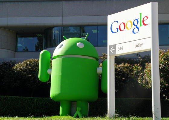 Eingang des amerikanischen Internet-Konzerns Google im kalifornischen Mountain View. Der Konzern hat nun zugegeben, dass er die E-Mails der Kunden scannt, um zugeschnittene Suchergebnisse und Werbung anbieten zu können.