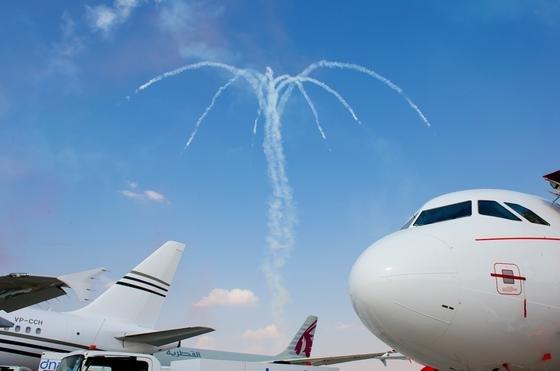 Flugzeuge wie dieser Airbus haben eine runde Spitze unter anderem deshalb, weil dort die rund Radarantenne untergebracht ist. Jetzt hat BAE Systems Antennen entwickelt, die sich als Streifen in die Flugzeughaut einbetten lassen.