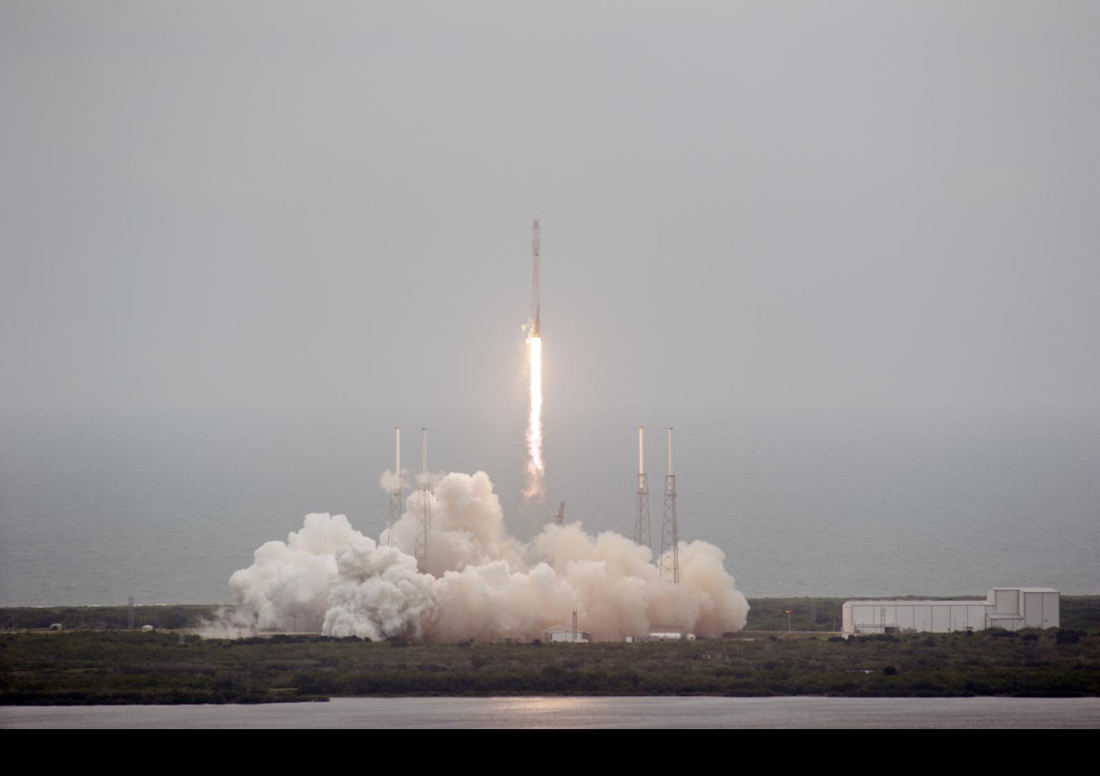 Start der Dragon-Trägerrakete Falcon 9 vom Weltraumbahnhof Cape Canaveral in Florida.
