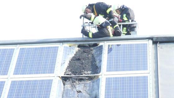 Ein Bremer Solar-Dach geriet in Brand. Für Feuerwehrleute ist das eine besondere Gefahr.