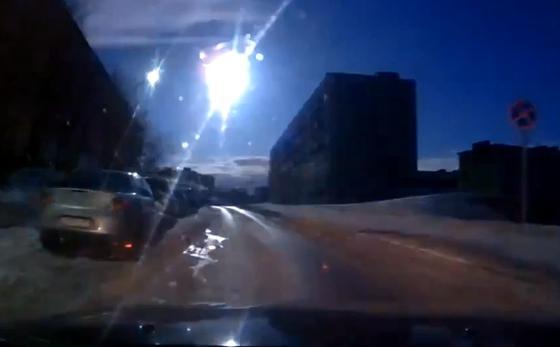 Meteorit über Murmansk, aufgenommen von einem Amateurfilmer.