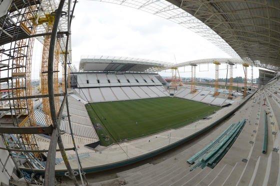 Die Arena Corinthians in São Paulo wird knapp vor dem Eröffnungsspiel der Fußball-Weltmeisterschaft fertig, sagte jetzt Fifa-Generalsekretär Jérôme Valcke nach einem Besuch der Baustelle. Immer noch montieren Arbeiter die Sitze. In der Arena wird am 12. Juni die WMmit dem Spiel Brasilien gegen Kroatien eröffnet.