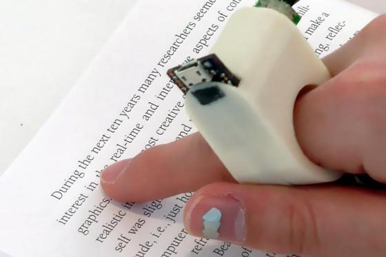 Den FingerReader können Blinde auch unterwegs nutzen, um sich Text, Schilder oder andere Hinweise vorlesen zu lassen. Das kleine Gerät wird einfach auf den Finger gesteckt.
