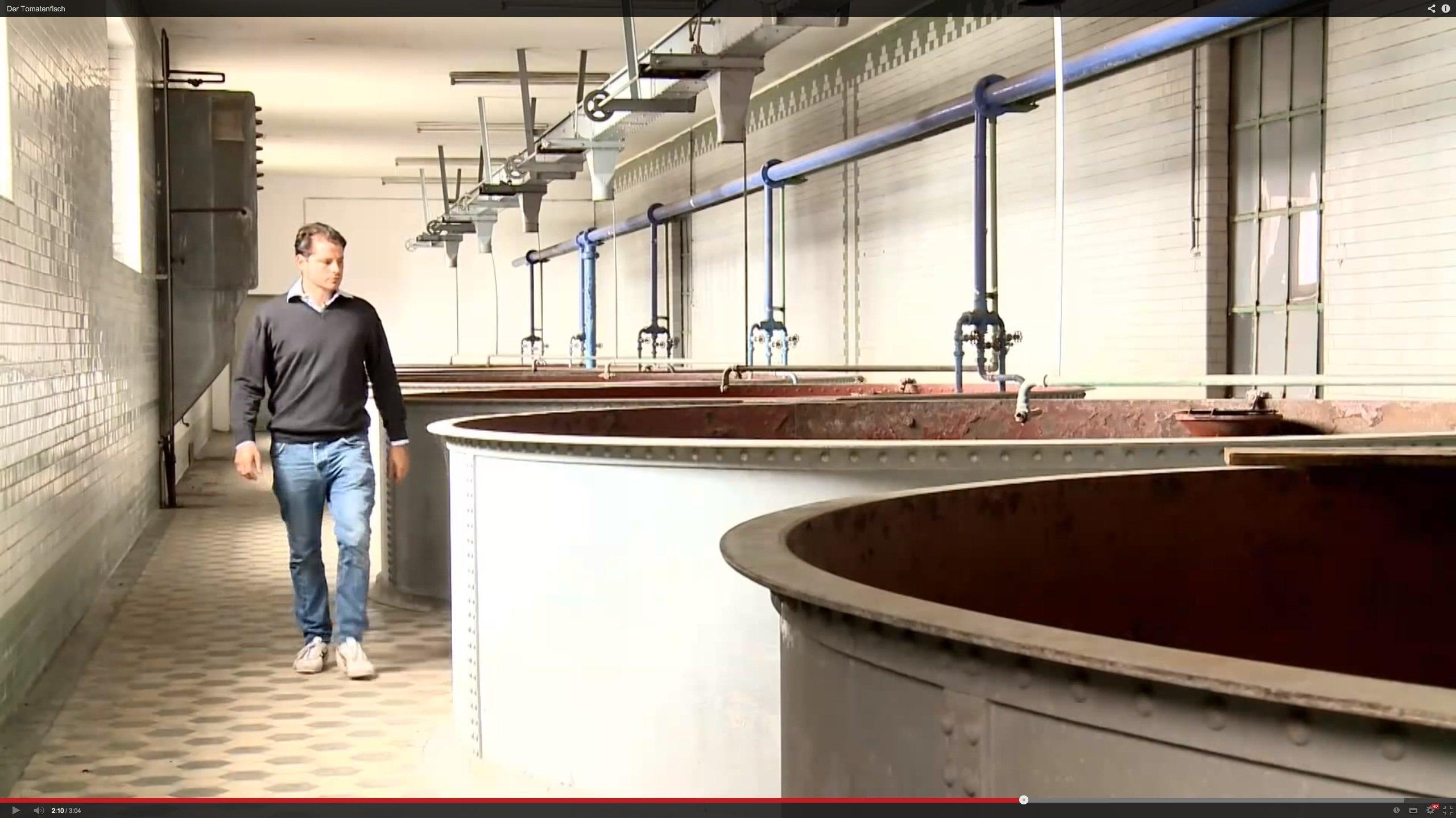 ECF-Mitgründer Nicolas Leschke vor den alten Weichbecken der Berliner Malzfabrik: Hier sollen künftig Fische gezüchtet werden. Mit deren Ausscheidungen werden Tomaten gezüchtet – mitten in Berlin.