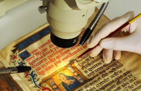 Restaurierung einer wertvollen Handschrift:In der Vatikanischen Bibliothek werden 80.000 wertvolle Handschriften aufbewahrt.